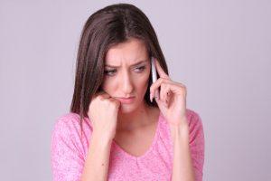 電話をする女性の画像